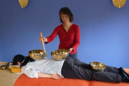 Ursula Blobel mit Kundin während einer Klangschalenmassage
